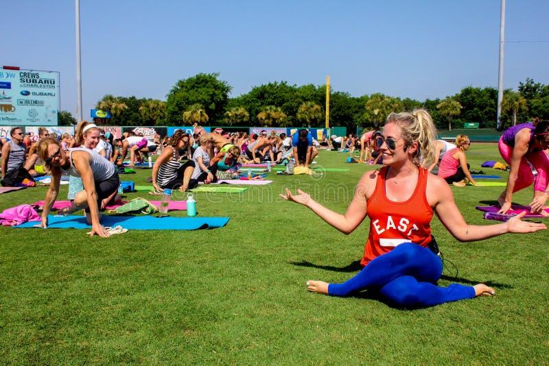 Kathryn Budig -- Instrutor da ioga fotos de stock