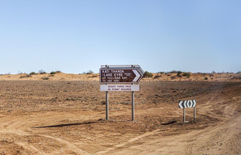 Kati Thanda - den sjöEyre gatan undertecknar in vildmarken av Australien royaltyfria foton