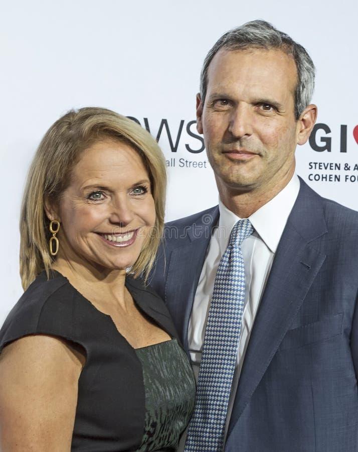 Katie Couric och John Molnar royaltyfria bilder