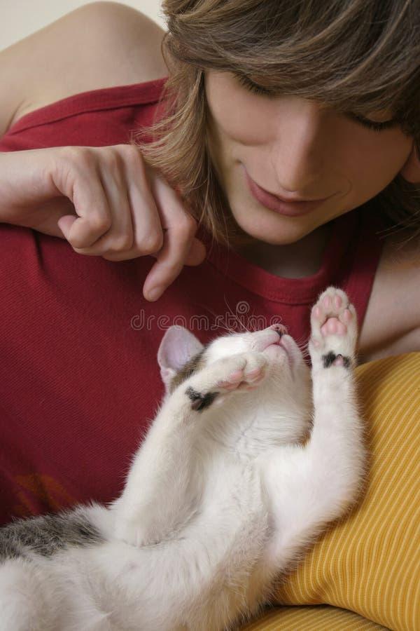 Katje bij spel stock afbeelding