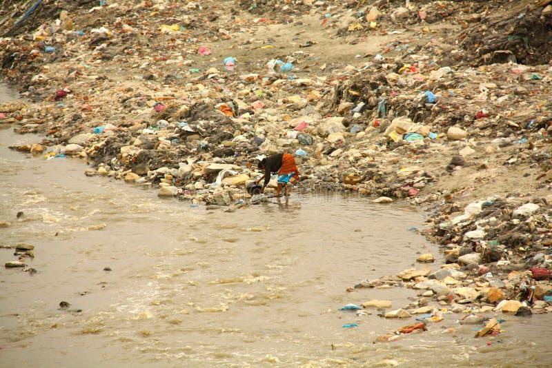 Katmandou a pollué la rivière photographie stock