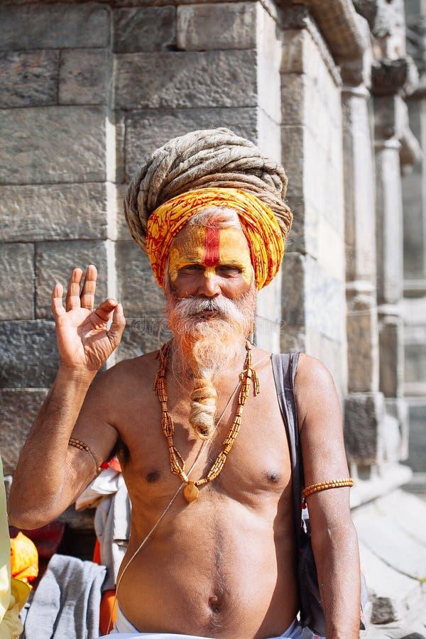 KATMANDU - FEBRUARI 17: Sadhu på den Pashupatinath templet i Kathma fotografering för bildbyråer
