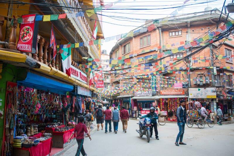 Katmandu Nepal - April 19, 2018: Färgrika tibetana bönflaggor royaltyfri bild