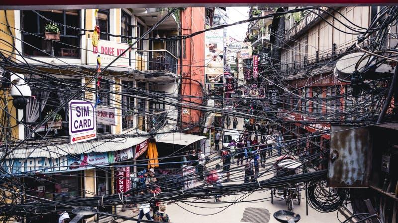 KATMANDU NEPAL 05 02 2018: En sikt till den fullsatta gatan i Thamel fotografering för bildbyråer