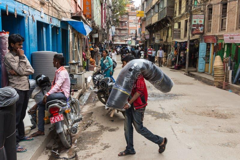 KATMANDU NEPAL-MARCH 16: Gatorna av Katmandu på mars 16, royaltyfria foton