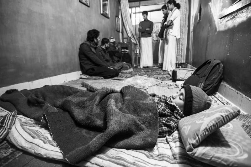 KATMANDU, NEPAL - niño que duerme después de la lección en la escuela de Jagadguru imagenes de archivo