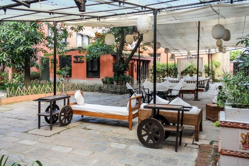 Katmandu Nepal - November 02, 2016: Dwarikas hotell i Katmandu, autentisk erfarenhet av Nepal forntida kulturarv arkivbild