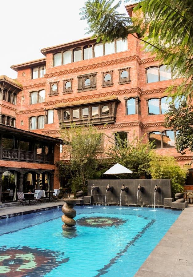 Katmandu Nepal - November 02, 2016: Dwarikas hotell i Katmandu, autentisk erfarenhet av Nepal forntida kulturarv arkivbilder