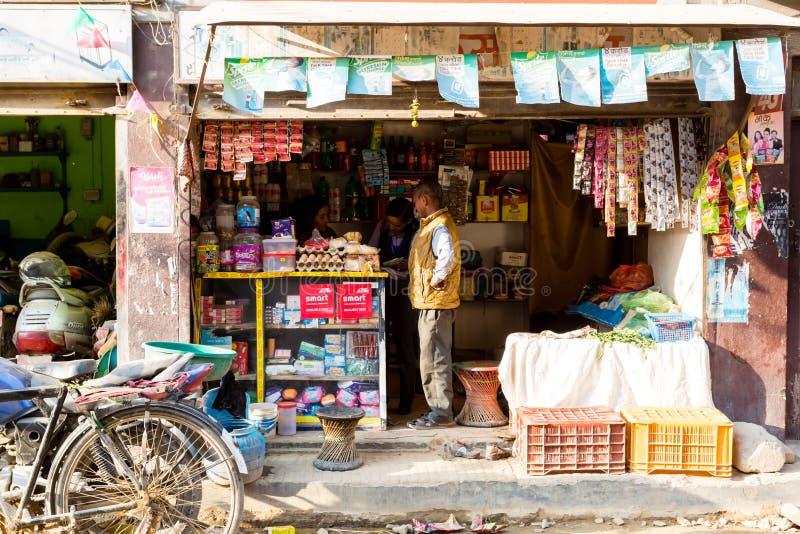 Katmandu, Nepal - November 4, 2018: Vrouwen die in een kleine winkel in de centrale straat van Katmandu werken stock fotografie