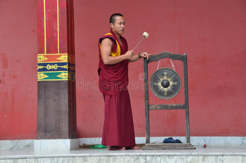 Katmandu, Nepal, noviembre, 13, 2012, escena del Nepali: el monje bate el tambor en un monasterio budista cercano ritual de Nying foto de archivo