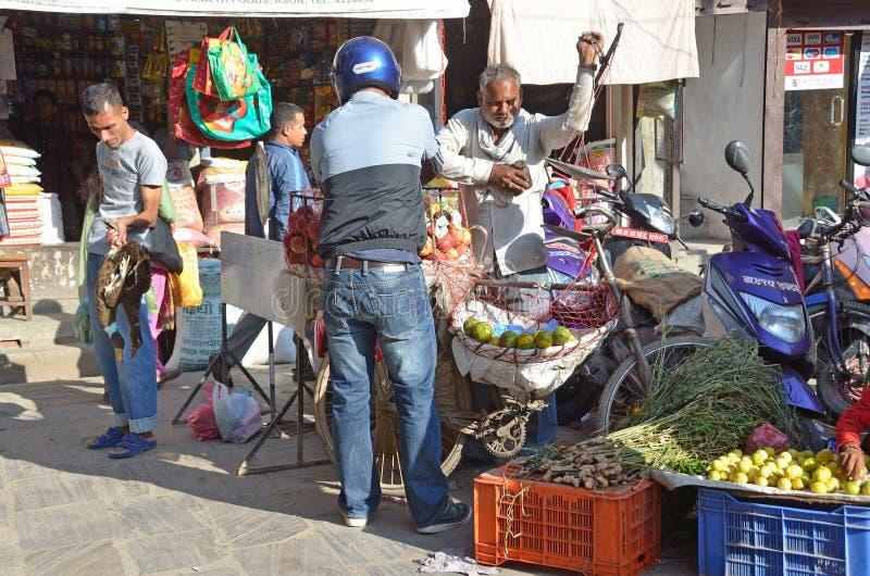 Download Katmandu, Nepal, Octubre, 12, 2013, Escena Del Nepali: La Gente Vende Verduras En La Calle En Katmandu Imagen editorial - Imagen de frutas, mujer: 64205430