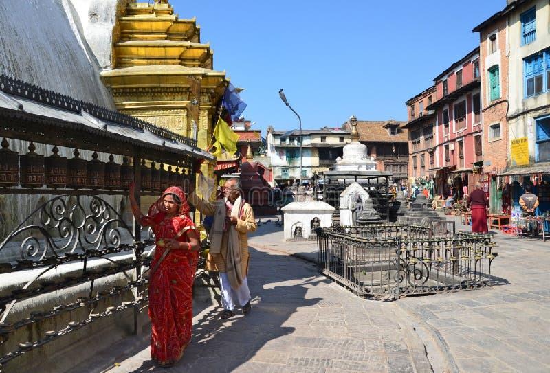 Katmandu Nepal, Oktober, 25, 2012, folk gör Kora runt om den Swayambhunath stupaen royaltyfri bild