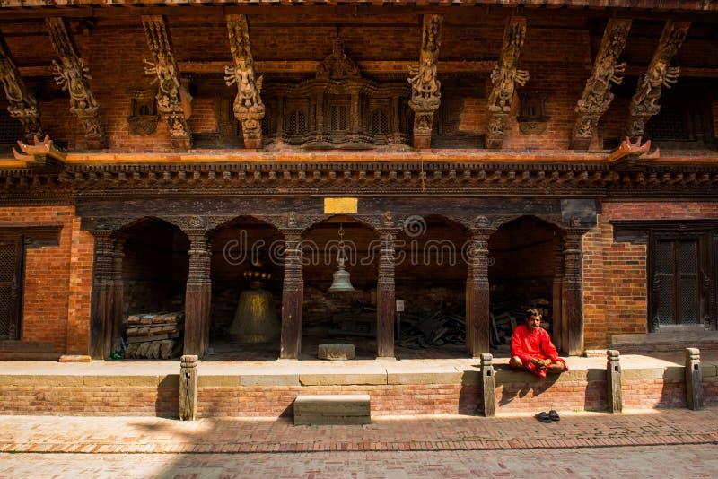 Katmandu Nepal - Oktober 16,2018: oidentifierad man förutom royaltyfri bild