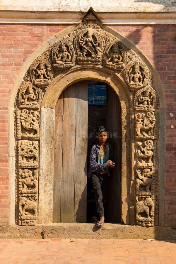 Katmandu Nepal - Oktober 16,2018: Wal oidentifierad nepalese pojke royaltyfri foto