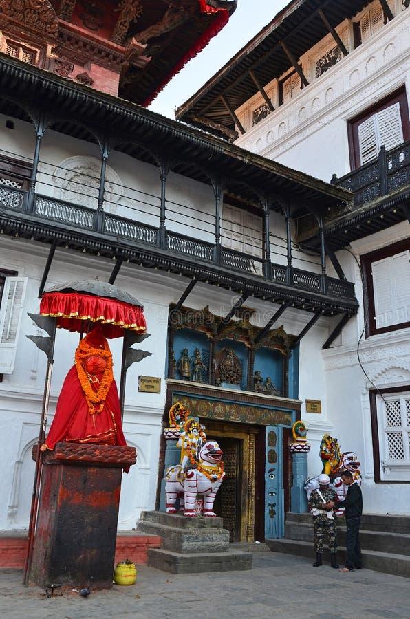 Katmandu Nepal, September, 27, 2013, Nepaliplats: Apaguden - Hanuman bevakar ingången till den gamla Royal Palace, Hanuma arkivbild