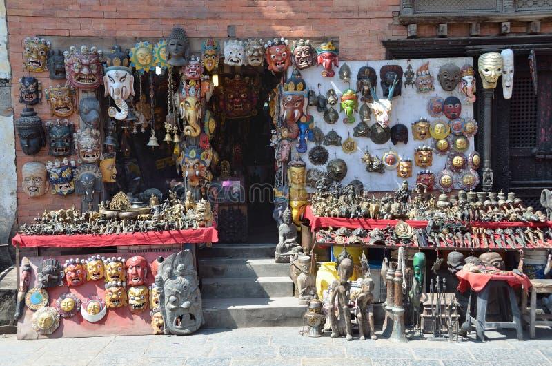 Download Katmandu, Nepal, Septiembre, 29, 2013, Escena Del Nepali: Venta Por Los Souvenires En El Complejo Budista De Swayambhunath Foto editorial - Imagen de katmandu, ritual: 64205331