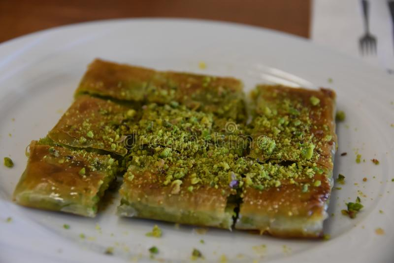 Katmer turc de dessert avec le chemin de coupure de pistache à l'intérieur photos libres de droits