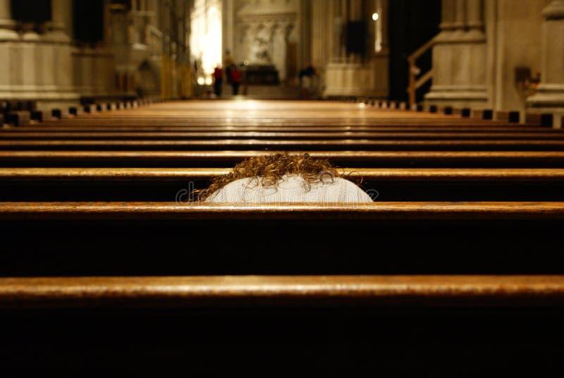 Katolicka kobieta modląca się tylko w chrześcijańskiej świątyni obrazy royalty free