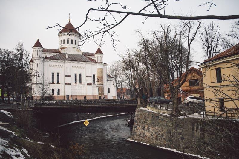 Katolicki tradycyjny kościół przy Uzupis okręgiem zdjęcia royalty free