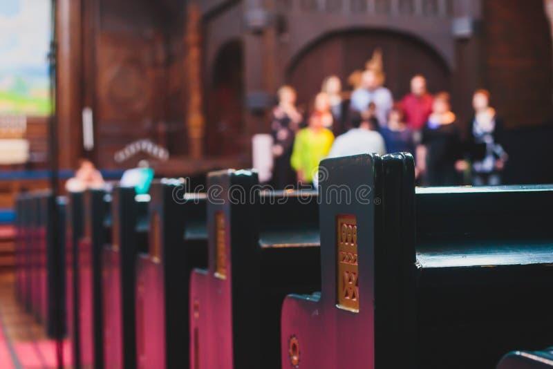 Katolickiego lutheran katedralny wnętrze z kościelnym chórowym śpiewem w tle obraz royalty free