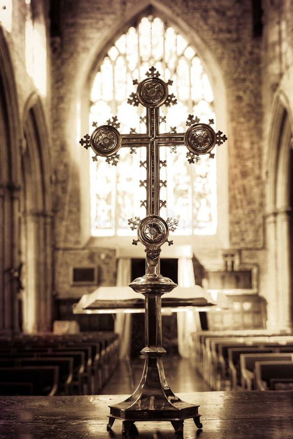 Katolika krzyż w kościół fotografia stock
