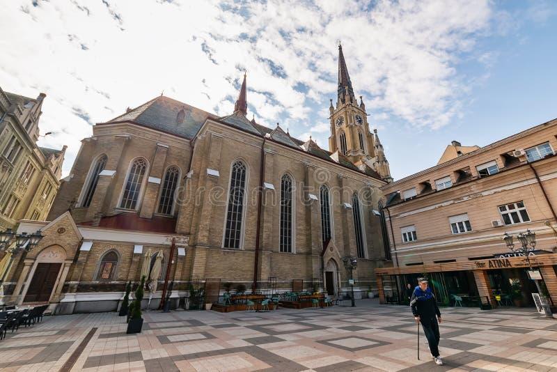 Katolsk domkyrka namnet av den Mary Church och Katolicka Porta fyrkanten i Novi Sad i mitten av Novi Sad arkivfoto