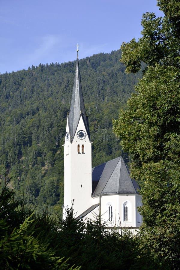 Katolsk församlingkyrka av Kreuth i övreBayern fotografering för bildbyråer