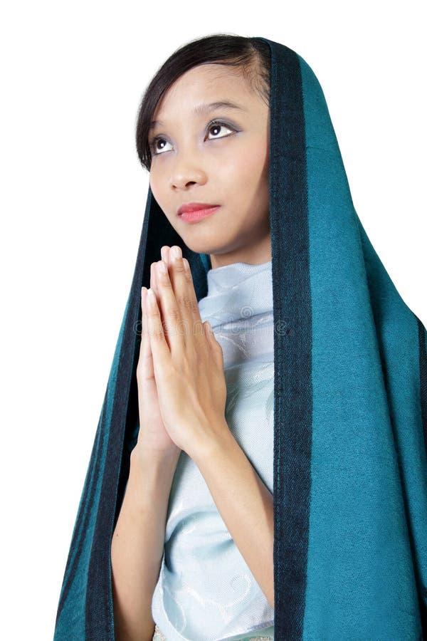Katolsk kvinna som ber, isolerat på vit royaltyfri bild
