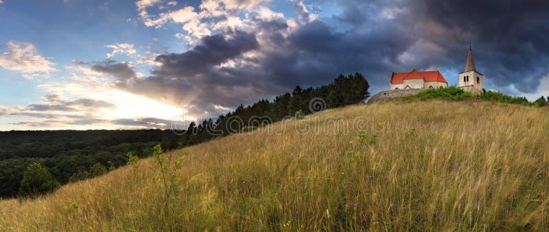 katolsk kyrka clouds den dramatiska lone sunen fotografering för bildbyråer