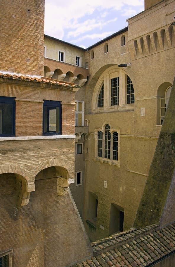 Katolsk kyrka för balkong för Vatikanstaten borggårdRome tegelplatta royaltyfri bild