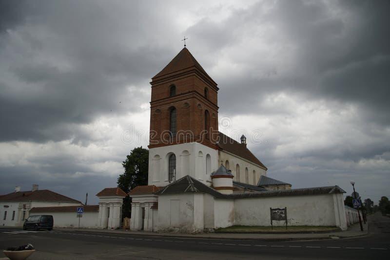 Katolsk kyrka i staden av Mir mot bakgrunden av en stormig himmel juni afton Stenbyggnad Architecura ber?ttelse sight arkivfoton