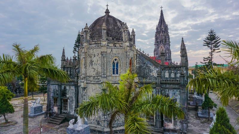 Katolsk kyrka i staden av Mong Cai vietnam royaltyfri bild