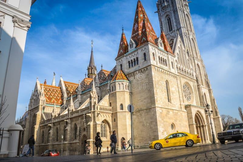 Katolsk kyrka med taxien på förgrunden royaltyfri bild