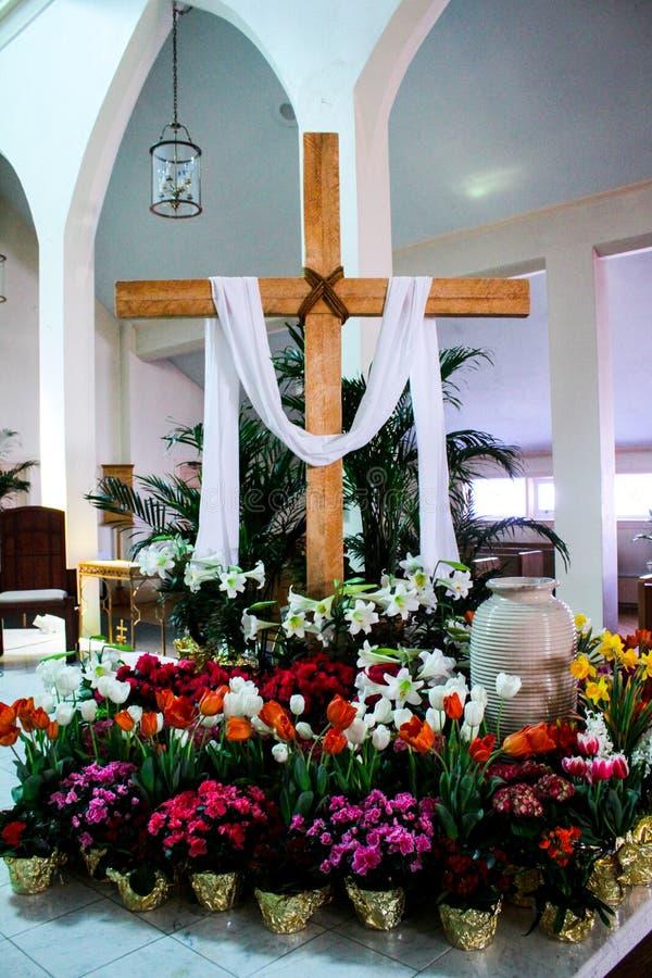 Katolsk kyrka som dekoreras för påsk arkivbild