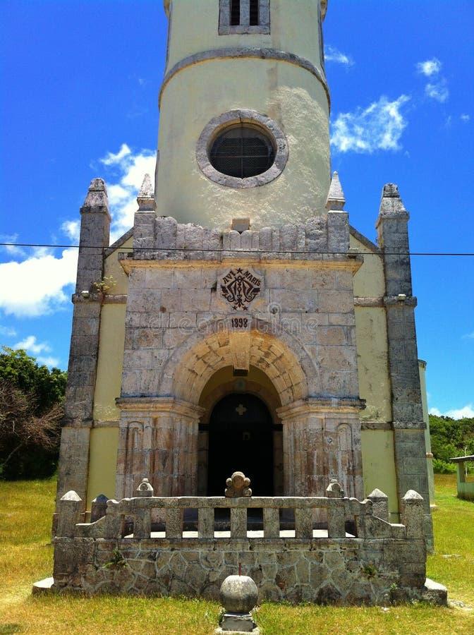 Katolsk kyrkaingång med klockatornet royaltyfria bilder