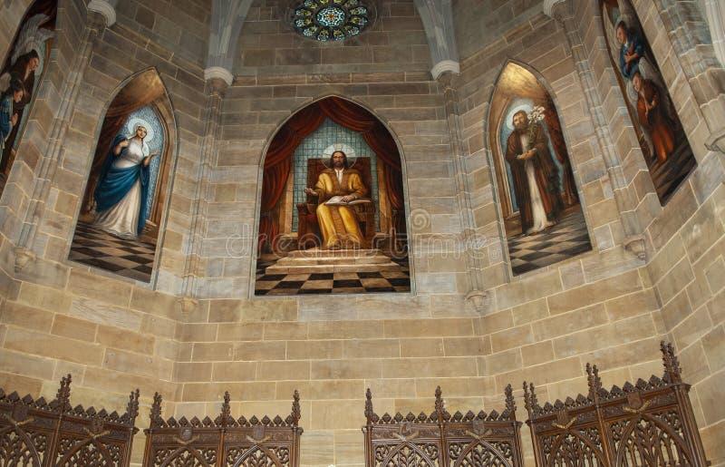 Katolsk kyrkamålat glassfönster royaltyfri fotografi