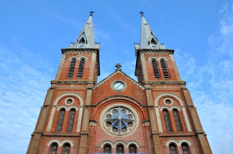 katolsk kyrkasaigontorn vietnam arkivbilder