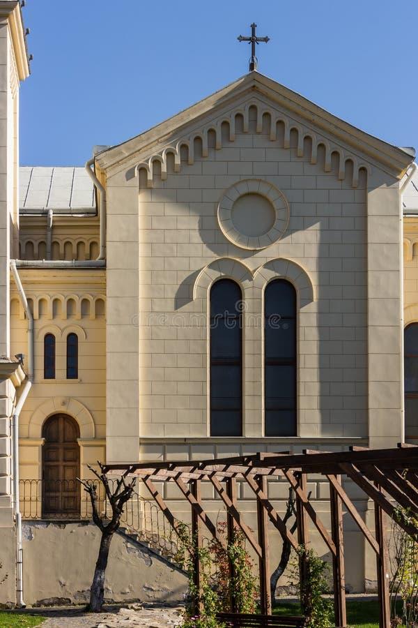 Katolsk kyrkasidosikt med fönster och dörren arkivfoto