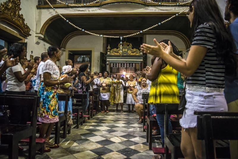 Katolsk mass och Candomblé ceremoni i en kyrka, Salvador, Bahia, Brasilien arkivbilder