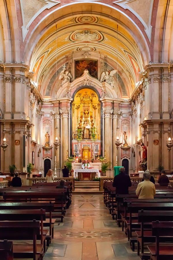 Katolsk präst som för mass på Santo Antonio de Lisboa Church royaltyfri foto