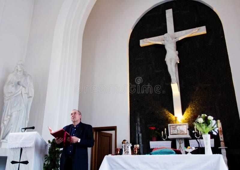 Katolsk präst under påskmass royaltyfri fotografi