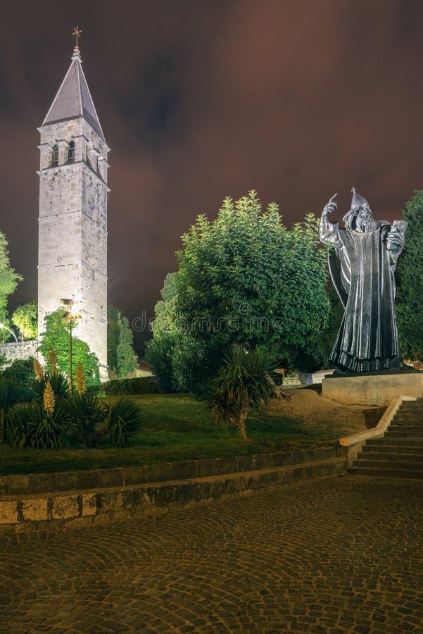 katolska croatia introducerade först den mass prästen delad till vernacular vem Skulptur till biskopen Gregory av Nin arkivfoton