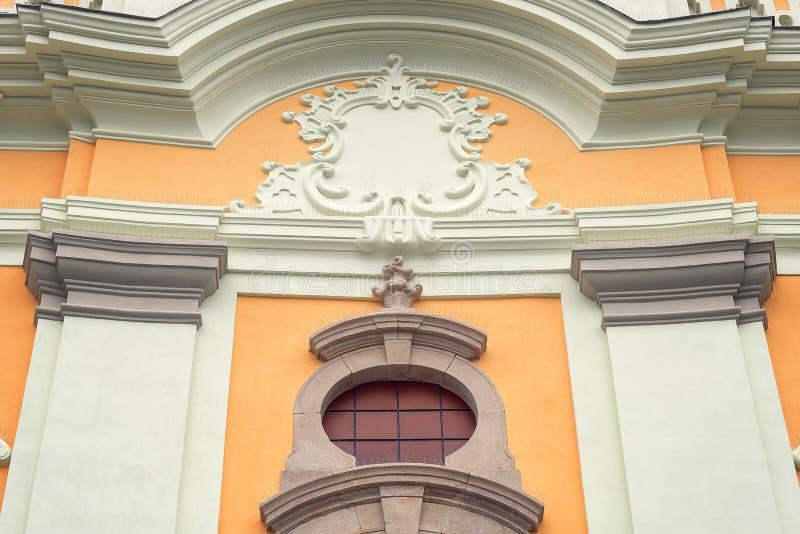 Katolska kyrkan och statyn av av Radna, Rumänien royaltyfria foton