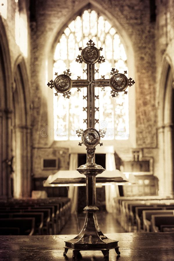 Katolskt kors i en kyrka arkivbild