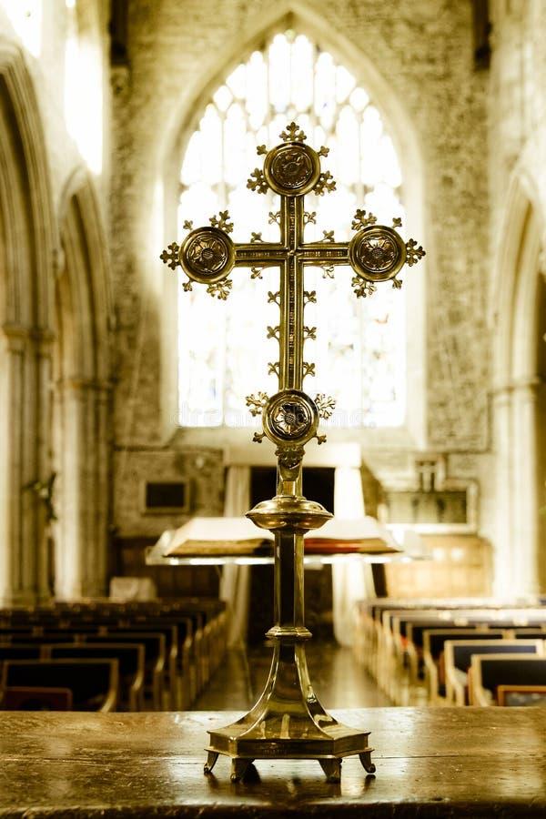 Katolskt kors i en kyrka royaltyfri bild