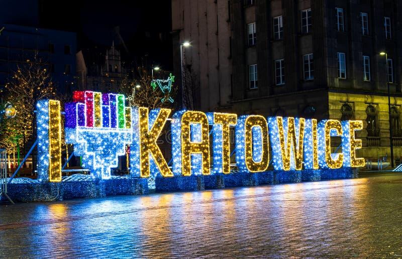 Katowice, Polônia - 1º de janeiro de 2019: Eu amo Katowice assino na área central da cidade na noite foto de stock royalty free