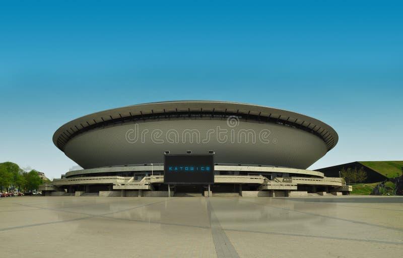 KATOWICE, POLONIA - 22 aprile 2018: Centro della città di Katowice Palestra futuristica e moderna su cielo blu immagini stock libere da diritti