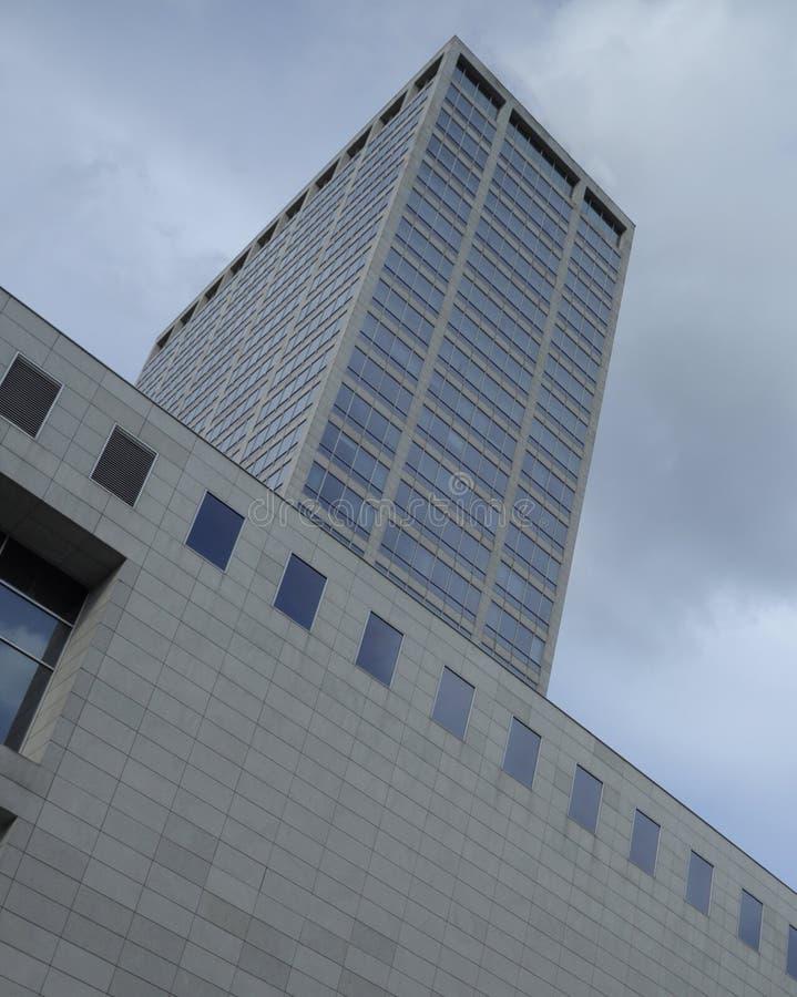 Katowice, POLONIA - 11 de marzo de 2019: Edificio moderno del negocio en el centro de la ciudad imagen de archivo