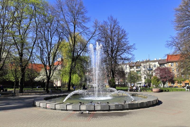 Katowice, Polonia - vista panoramica del parco della città e della fontana del quadrato di Plac Andrzeja - quadrato di Andrew - i fotografie stock