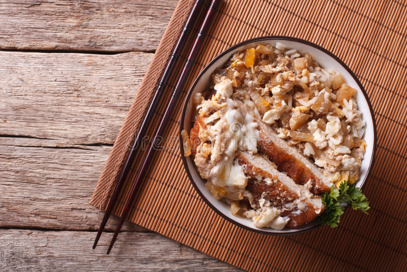 Katsudon frió tonkatsu del cerdo con el huevo y el arroz top horizontal v imagen de archivo libre de regalías